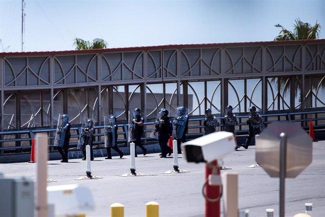 Archivo - Personal policial de la Oficina de Aduanas y Protección Fronteriza de Estados Unidos en la frontera.