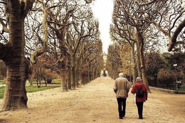 Archivo - Pareja de personas mayores paseando.