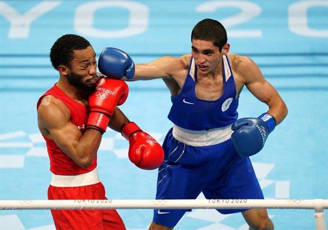 El estadounidense Duke Ragan y el ruso Albert Batyrgaziev en la final de peso pluma (52-57kg) de los Juegos Olímpicos de Tokio