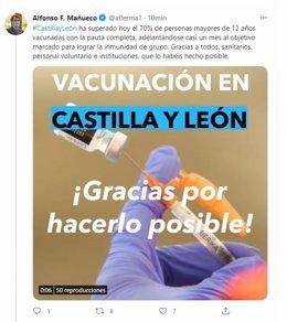 Captura del tuit del presidente de la Junta al alcanzar el 70% de la población mayor de 12 años vacunada.
