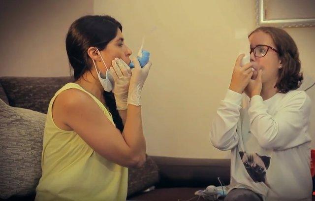 Archivo - Fisioterapia respiratoria en paciente con fibrosis quística.