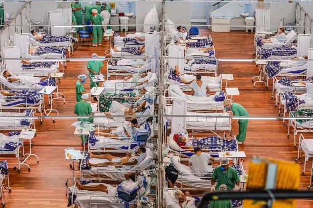 Archivo - Personas afectadas por la COVID-19 en un hospital en Brasil.
