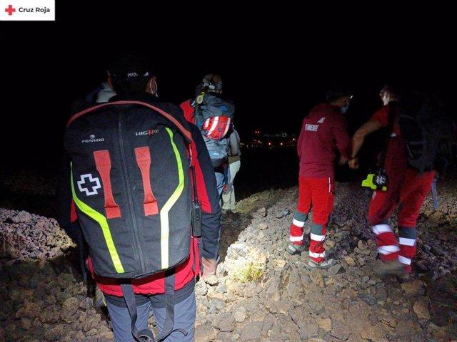 Efectivos del dispositivo que ha rescatado a 29 personas en un sendero del Parque Nacional del Teide