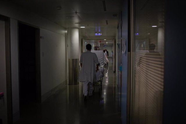 Archivo - Profesional sanitario traslada una cama móvil en la Unidad de Cuidados Intensivos –UCI- del Hospital de la Santa Creu i Sant Pau, integrado en la Red Hospitalaria de Utilización Pública de Catalunya, en Barcelona, Catalunya.