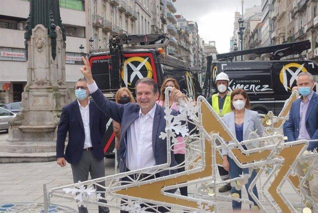 El alcalde de Vigo, Abel Caballero, acompañado de varios concejales, asiste al inicio en agosto del montaje del alumbrado navideño.