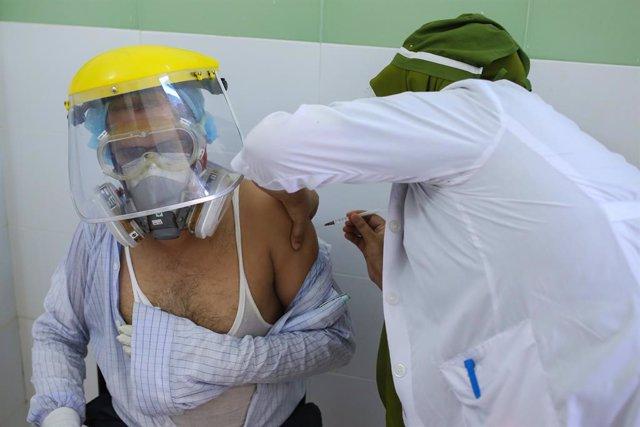 Archivo - Imagen de archivo de la vacunación en Bangaladesh.