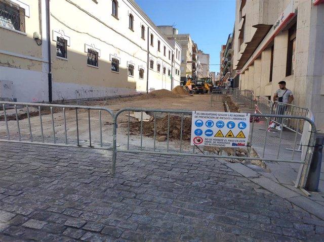 Obras para la plataforma única en la calle Féliz Valverde Lillo de Mérida, financiadas por la Edusi.