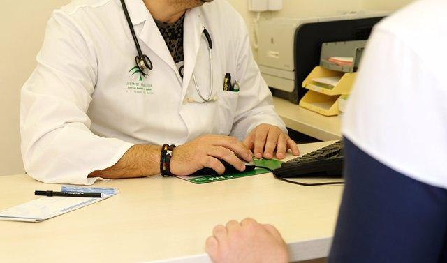 Archivo - Profesionales sanitarios SAS en foto de archivo.