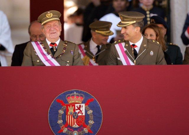 Archivo - Su Majestad el Rey y Su Alteza Real el Príncipe Felipe en el primer acto juntos tras la abdicación del monarca. Este se celebró ayer en una ceremonia militar celebrada en el Monasterio de San Lorenzo de El Escorial, a la que asistieron los jefes
