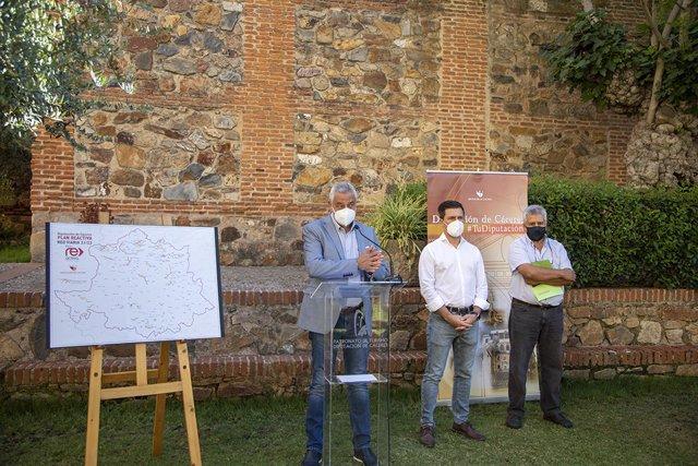 El presidente de la Diputación de Cáceres, Carlos Carlos, presenta el Plan Re-Activa