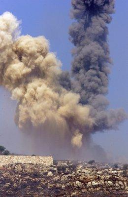 Archivo - Arxivo - El fum es dispara cap al cel després d'un atac aeri israelià en el sud de l'el Líban el 31 de juliol de 2006 prop de la frontera entre Israel i el Líban.