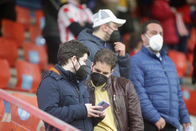 Archivo - Varios aficionados, en las gradas del estadio Ángel Carro, durante un partido de Segunda División entre el Club Deportivo Lugo y el Mirandés, a 15 de mayo de 2021, en Lugo, Galicia (España).