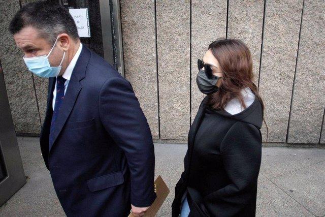 La joven acusada por el crimen de Samuel Luiz a su llegada a los juzgados de A Coruña con su abogado