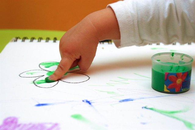 Archivo - Niño, bebé, pintar, guardería, pintura, escolar, infancia, educación, infantil