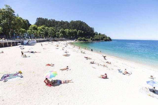 Archivo - Varias personas se bañan y toman el sol en una playa del municipio de Marín, a 5 de junio de 2021, en Marín, Pontevedra, Galicia, (España). El aumento de las temperaturas y la progresiva mejora de la situación epidemiológica ha colaborado en que