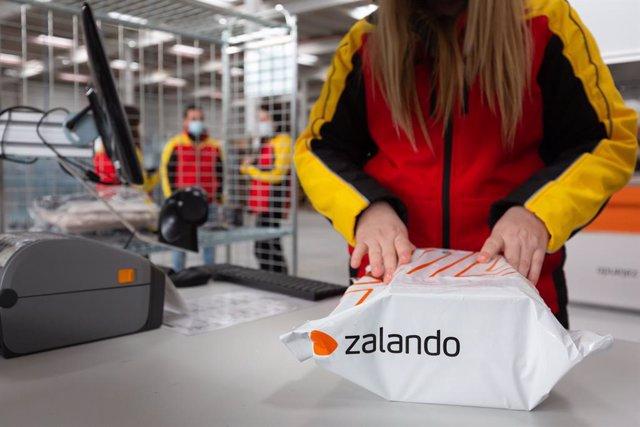 Archivo - Envío de primer paquete de Zalando