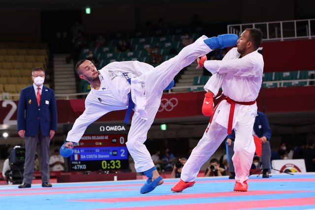 05 August 2021, Japan, Chiyoda City: France's Steven Da Costa (blue) competes against Venezuela's Andres Eduardo Madera Delgado in the men's kumite -67kg elimination round of the karate competition at the Nippon Budokan during the Tokyo 2020 Olympic Games