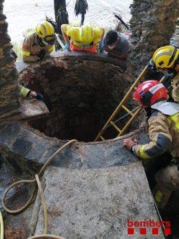 Els Bombers rescaten dues persones que han caigut a un pou en intentar apagar ells mateixos un incendi en el jardí d'una casa a Roses (Girona), el 5 d'agost de 2021.