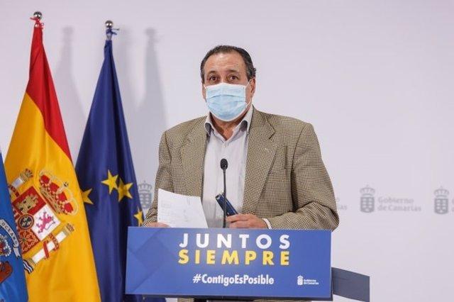 Archivo - El consejero de Sanidad del Gobierno de Canarias, Blas Trujillo, comparece en rueda de prensa