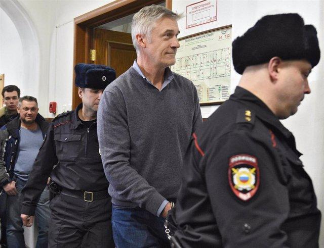 Archivo - Michael Calvey a su llegada al tribunal de Moscú en el que ha sido declarado culpable de un delito de malversación de fondos.