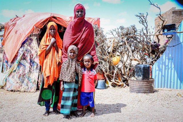 Archivo - Una mujer desplazada con sus hijos en Somalia