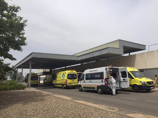 Archivo - Ambulancias a la entrada del Servicio de Urgencias del Hospital San Pedro de Logroño