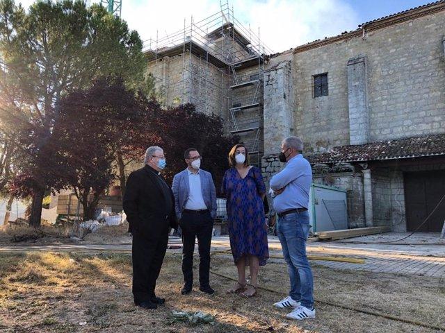 El obispo de Palencia (I), el director de Patrimonio, la presidenta de la Diputación y el alcalde de Ampudia ante la ermita de Nuestra Señora de Arconada.