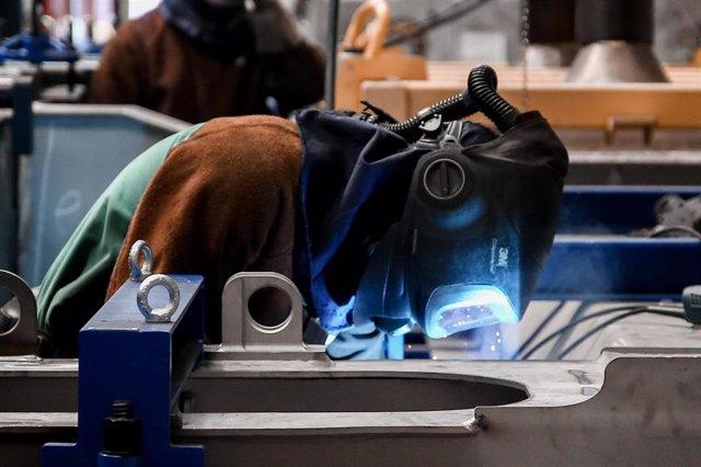 Un trabajador en una factoría (archivo)