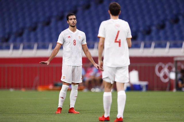 Mikel Merino habla con Pau Torres durante el España-Japón de los Juegos Olímpicos de Tokio