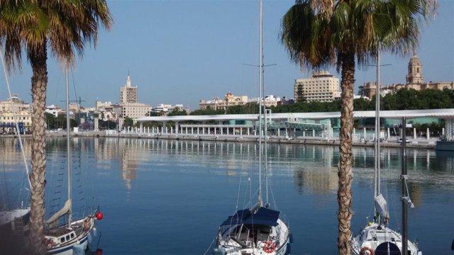 Archivo - Atraque, muelle, barcos, náutico, turismo, turistas, palmeral, catedral, vistas, Málaga.