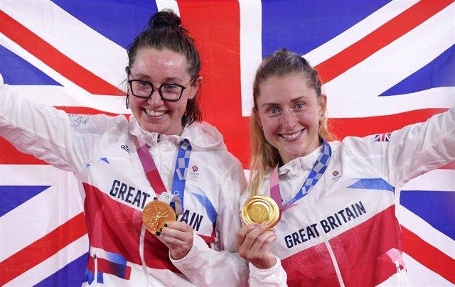 Katie Archibald (izda) y Laura Kenny (dcha) tras ganar el oro en la madison de los Juegos Olímpicos de Tokio