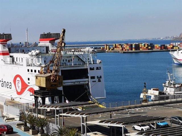 Un ferri atracado en el Puerto de Almería.