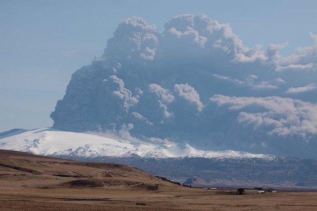 Erupción del Eyjafjallajökull (Islandia) en 2010 alteró el tráfico aéreo en el norte de Europa