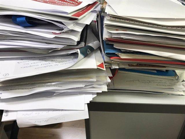 Archivo - Papeles, documentos, torre de folios, desorden de oficina
