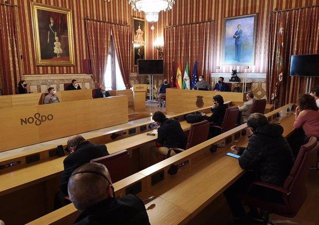 El delegado de Gobernación y Fiestas Mayores y del Distrito Casco Antiguo, Juan Carlos Cabrera,  destacando el buen resultado del nuevo modelo y horarios para la carga y descarga.