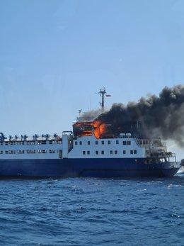 Incendi en un vaixell de transport de bestiar sense carregar en el Port de Tarragona, el 6 d'agost de 2021.