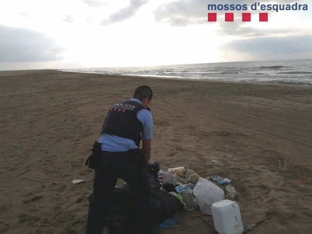 Els Mossos d'Esquadra han denunciat un home per abocar escombraries en una platja del Delta de l'Ebre (Tarragona).