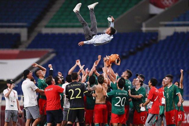 Los jugadores mexicano celebran el bronce manteando a su entrenador Jaime Lozano