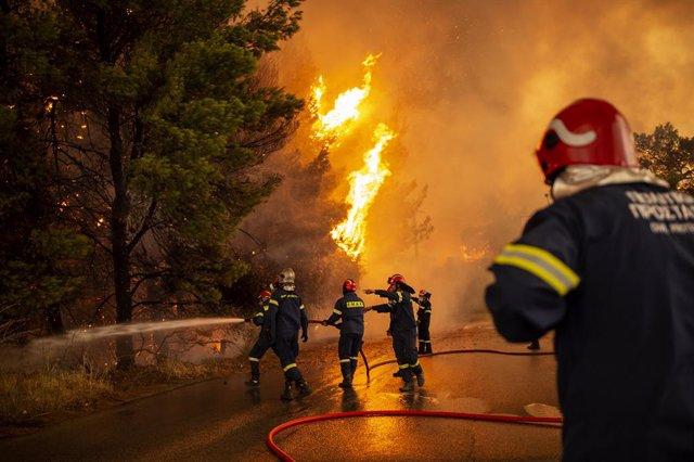 05 d'agost de 2021, Grècia, Afidnes: Els bombers lluiten contra un incendi forestal que s'acosta a una gasolinera en una zona boscosa al nord d'Atenes.