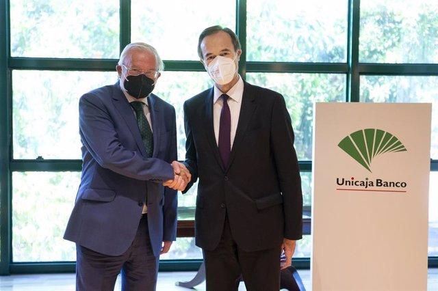 De izquierda a derecha, el presidente de Unicaja Banco, Manuel Azuaga, y consejero delegado, Manuel Menéndez, durante la inscripción en el Registro Mercantil de Málaga de la fusión por absorción entre Unicaja Banco y Liberbank