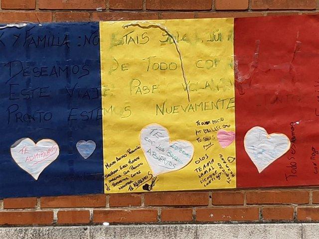 Cartel de apoyo al joven agredido en Amorebieta, colocado en la fachada del Hospital de Cruces
