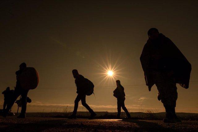 Archivo - Refugiados de Afganistán se dirigen al paso fronterizo turco-griego de Pazarkule-Kastanies al amanecer.