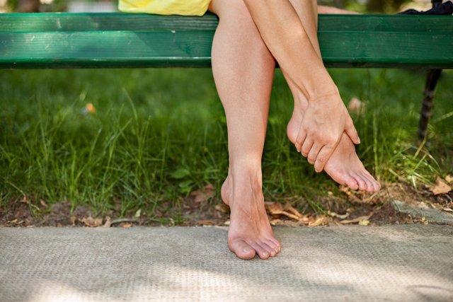 Archivo - Mujer dando un masaje a sus piernas. Retención de líquidos.