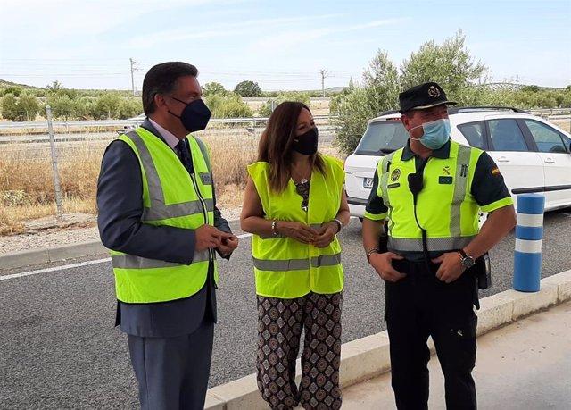 Ramírez (i), en un reciente control de tráfico junto a Catalina Madueño y el teniente Francisco Javier Mata.