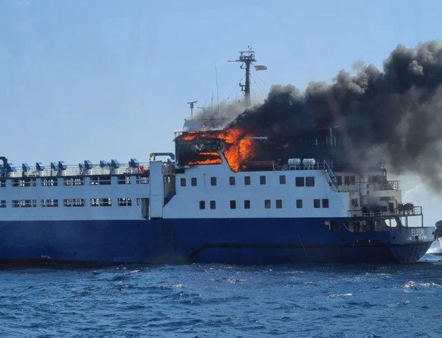 El vaixell incendiat en el Port de Tarragona