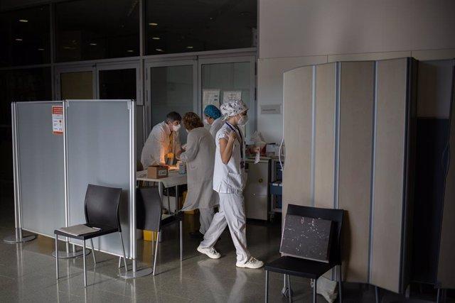 Archivo - Arxivo - Diverses infermeres reunides durant la preparació de la vacuna de Pfizer-BioNtech contra el COVID-19 a l'Hospital de la Santa Creu i Sant Pau de Barcelona.