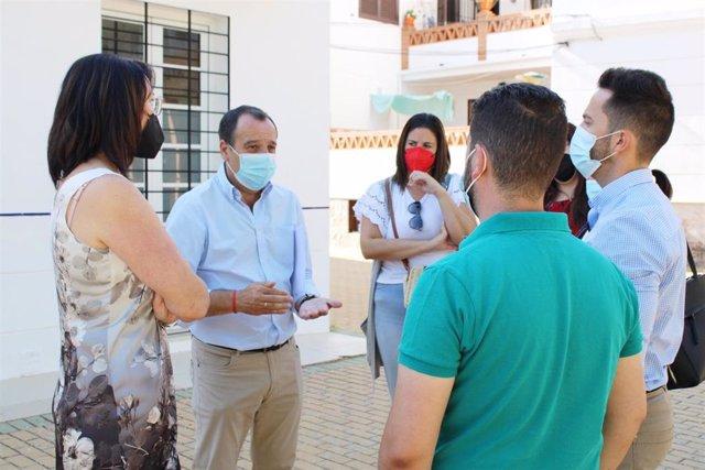 José Luis Ruiz Espejo, secretario general del PSOE de Málaga, dialoga con otras personas.