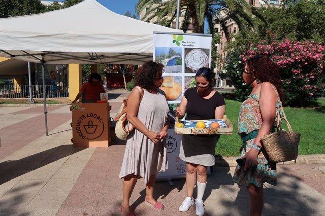 La directora general, Paula Valero, en un mercado.