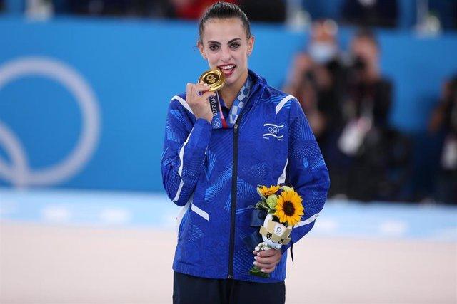 La gimnasta israelí Linoy Ashram con su medalla de oro de la gimnasia rítmica individual en los Juegos Olímpicos de Tokio