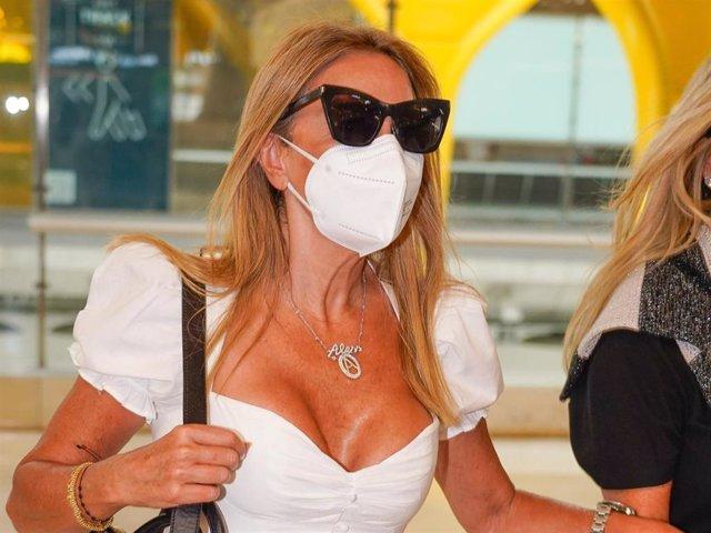 Ana Obregón en el aeropuerto Adolfo Suárez Madrid Barajas tras una divertida escapada.